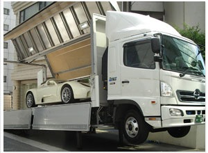 公開前の輸入車を覆面キャリアカーで輸送